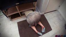 Çaresiz kadının külotunu çıkarıp sikiyor