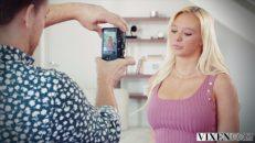 Fotoğrafçı sarışın rus kadını evinde sikti