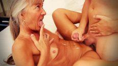 Sarkık vücutlu yaşlı kadın genç kızlara taş çıkarıyor