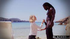 Zenci yüzücü rus kızı kumsalda doyurdu