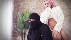 Arap şeyh çarşaflı dul kadını bahçede sikiyor