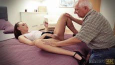 Sırma saçlı yaşlı adam cinsel duygularına yenik düşüyor