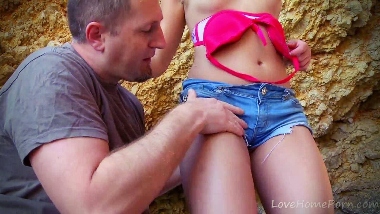 Yaz tatilinde kayalık dibinde seksi mini şortluyu becerdi