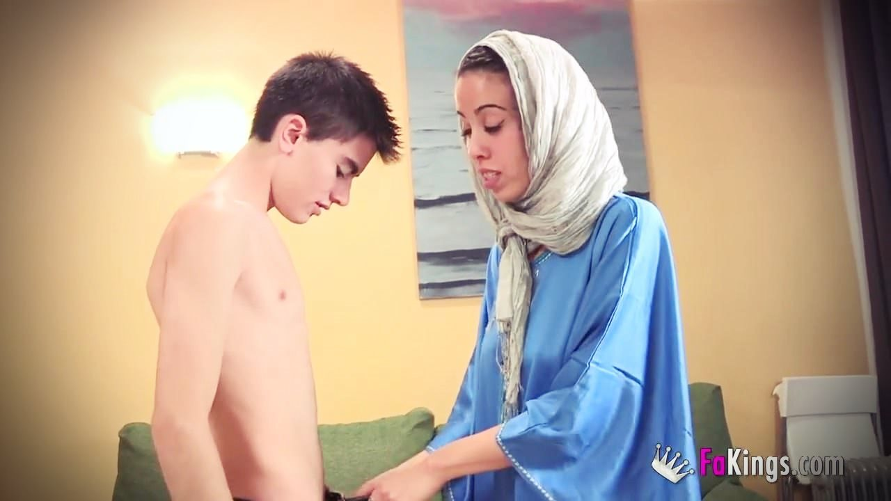 Arap kız amatör gencin ilk seksine yardımcı oluyor