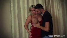 Genç sevgilisiyle otel odasında milf kadının kaçamağı
