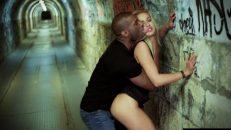 Yer altı tünelinde iki kadını duvara yaslayıp siktiler