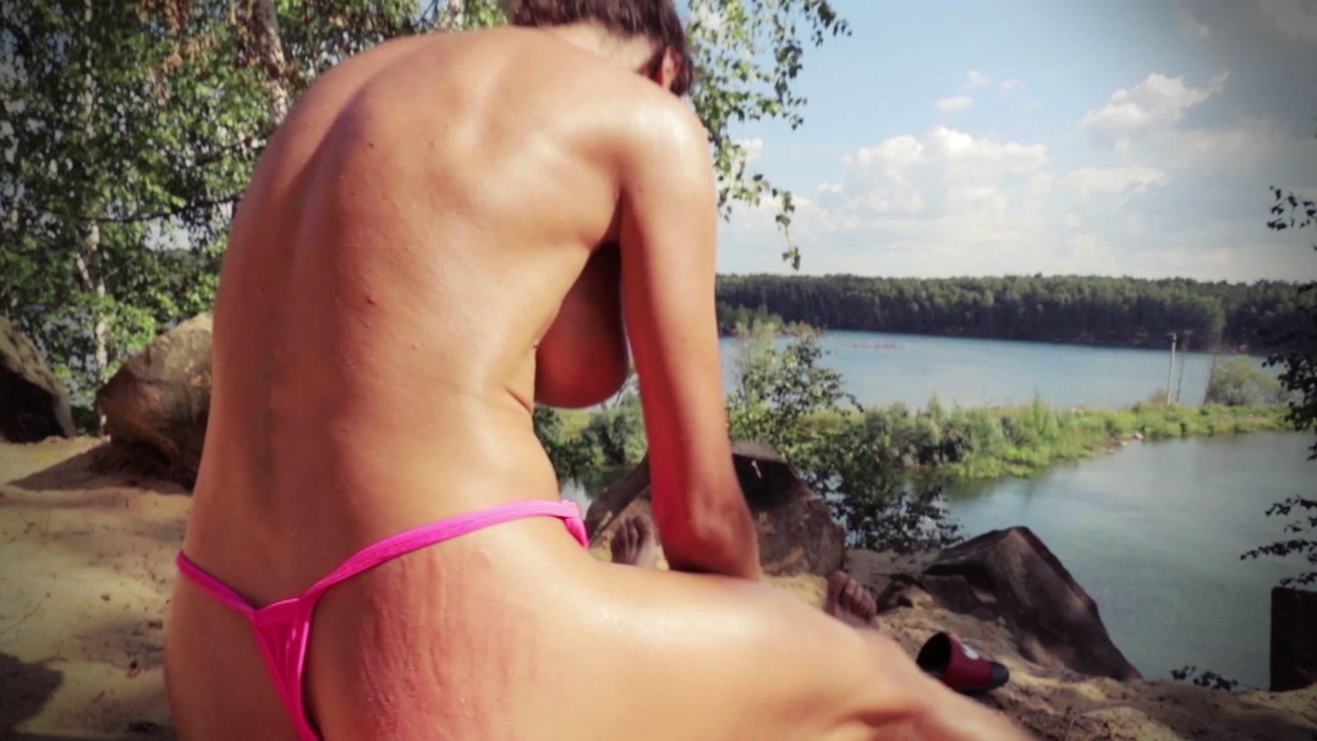 Brezilyalı bikinili hatun güneşlenirken erkek onu yağladı