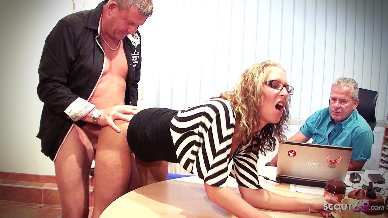 Genç kızı yaşlılar ofiste beceriyor