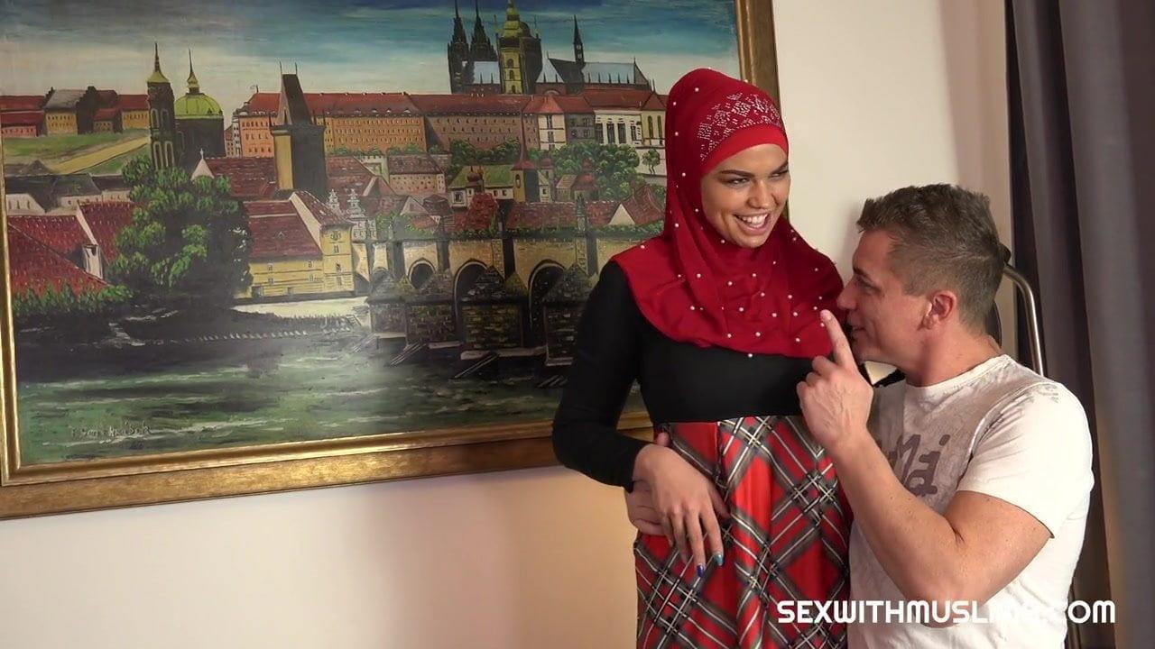 Türbanlı Arap hatunun ağzına verdi