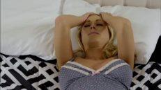 Başı ağrıyan kadına sikini geçirip mutlu ediyor