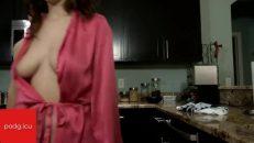 Mutfakta sıkıştırdığı milf kadının götüne abandı