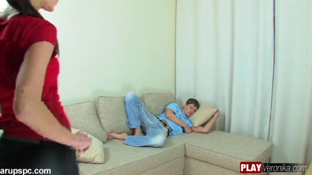 Rus kız uyuyan erkeği arzuladı