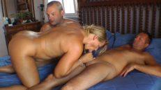 Yaşlı kadın tatilde erkeklerle grup yapıyor