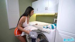 Çamaşırhanedeki mastürbasyon yapan kızı sikmeyi başardı