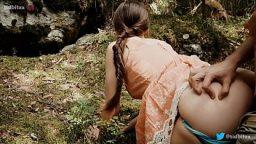 Çinli köylü kız peşine taktığı erkeği ormana sürükledi
