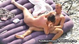 Çıplak Rus sevgililer plajda şişme yatakta görüntülendiler