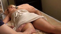 Rus sarışın müşteriye seks masajı iyi geliyor