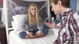 Genç kız arkadaşını yatakta zevke getirdi