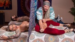 Arap adamın karısını masaj yaparken parmakladı