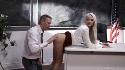 Sarışın genç sekreteri masada domalttı