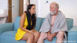 Seksi bakıcı yaşlı adamı rahatlatıyor